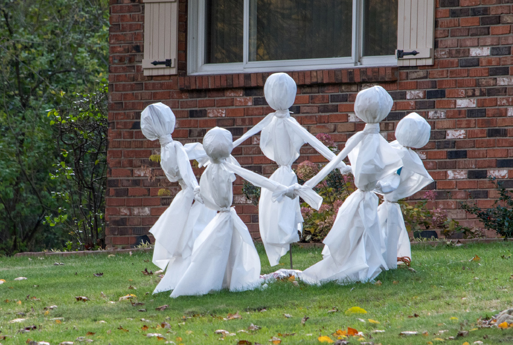 Make dancing ghosts with a stick, a balloon head, covered with plastic and tied together