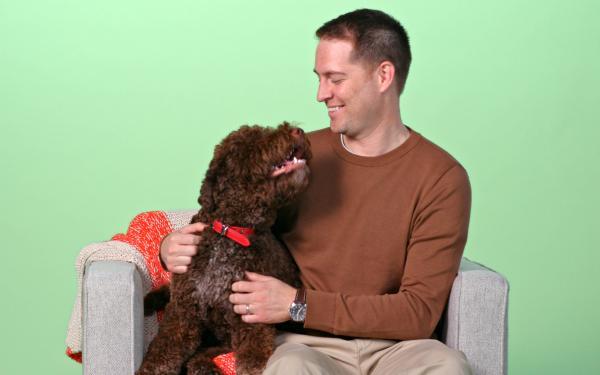 Homme assis avec son en-tête de chien