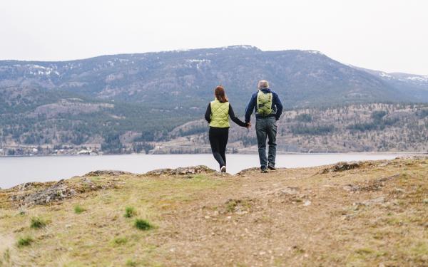 Couple se promenant à flanc de montagne