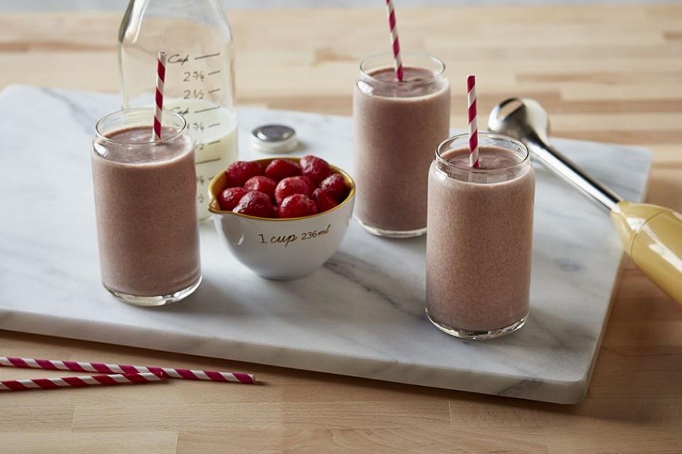 Recette glacée aux baies de chocolat. Un mélange de vraies baies et de yaourt glacé.