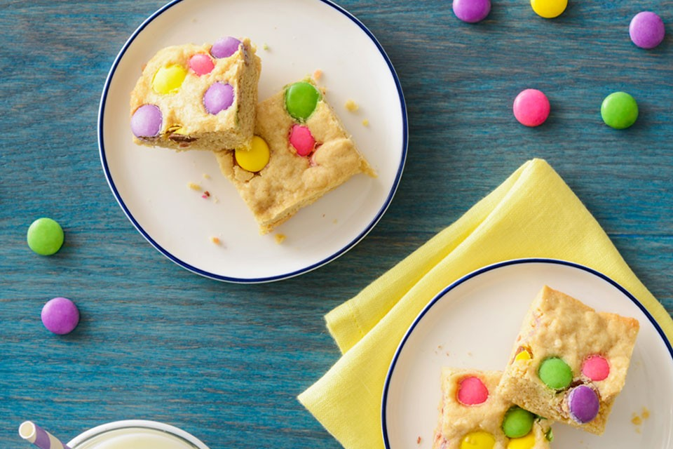 SMARTIES Springtime Blondies recipe with vanilla and gooey chocolate